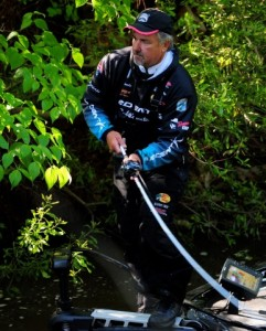 Pete Ponds Casting - photo by Chris Dutton - Phoenix Boats