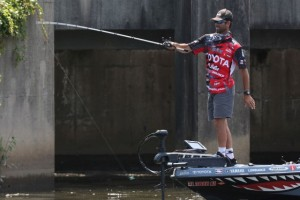 Mike Iaconelli Pitching his Ike Mni Flip Jig on the Delaware River - photo by Gary Tramontina - BASS